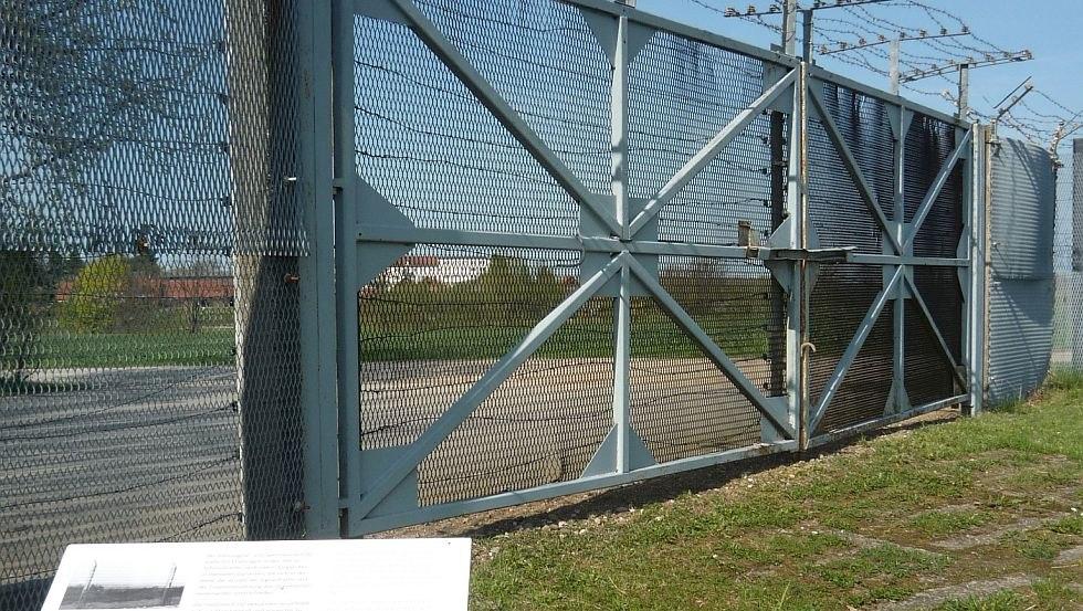 Abschnitt des Grenzsignal- und Sperrzauns auf dem Außengelände, © Politische Memoriale e.V.