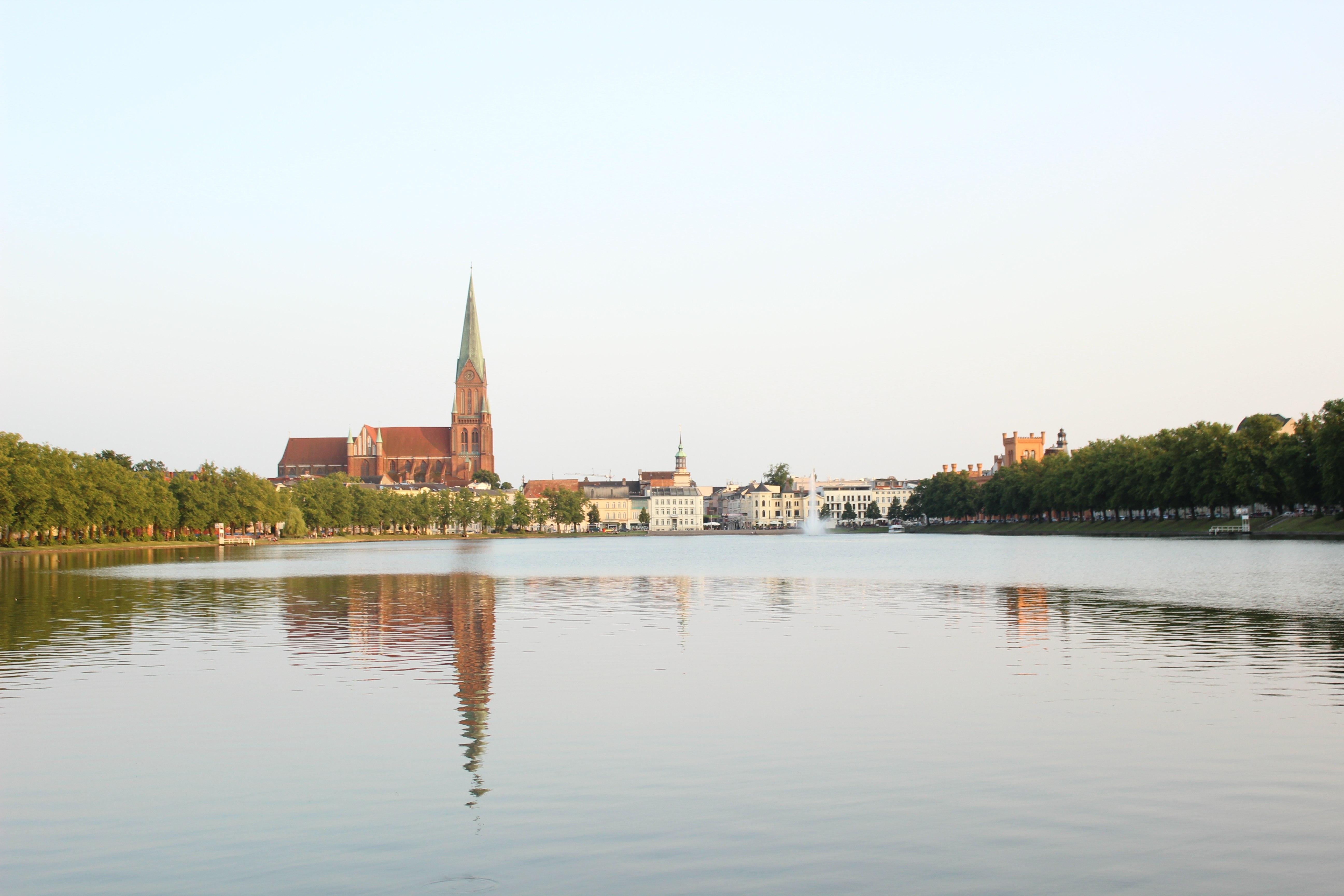 Der Dom vom Pfaffenteich aus gesehen, © Cornelia Böttcher, Touristinformation Schwerin